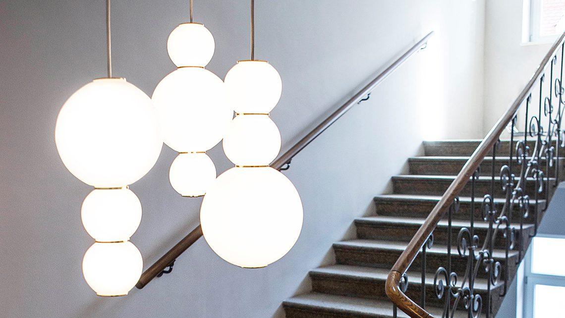 pearls-studio-benjamin-hopf-formagenda_0011_pearls-chandelier-gold-ambiente_03